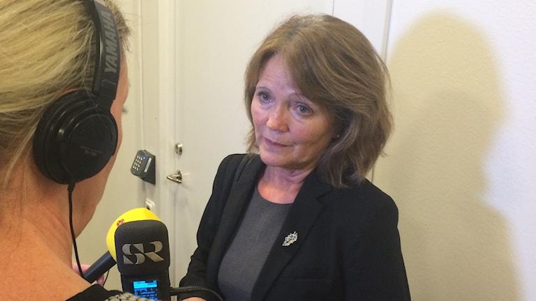 Inger Rönnbäck intervjuas av Pernilla Wadebäck i Skaraborgs tingsrätt. Foto: Mats Öfwerström P4 Skaraborg Sveriges Radio