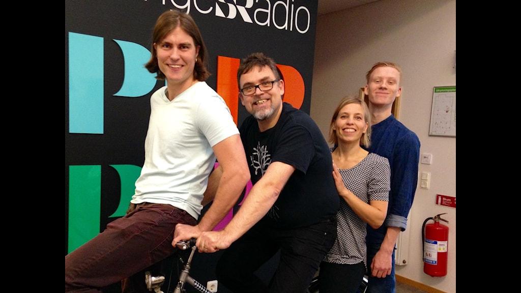 Sören Hjalmarsson, Robert Gös, Jenny Ljungkvist och Jacob Österplan på cykel. Foto: Camilla Milton / SR