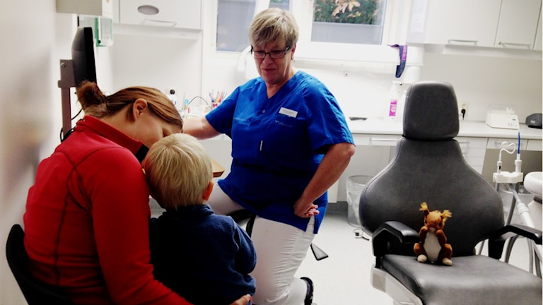 Profylaxtandsköterska Maritha Sjöberg ber tvåårige Frank borsta sina tänder. Foto: Linnéa Frimodig/ Sveriges Radio