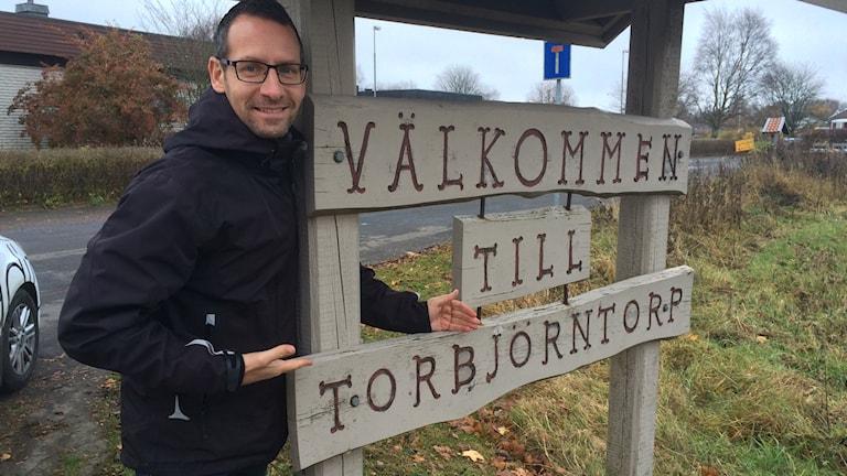 Torbjörn Borg lär känna Torbjörntorp. Foto: Eric Johansson/Sverige Radio