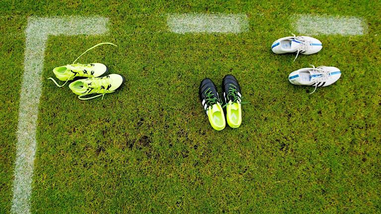 Tre par fotbollsskor på en fotbollsplan. Foto: Vegard Wiwestad Grött/TT
