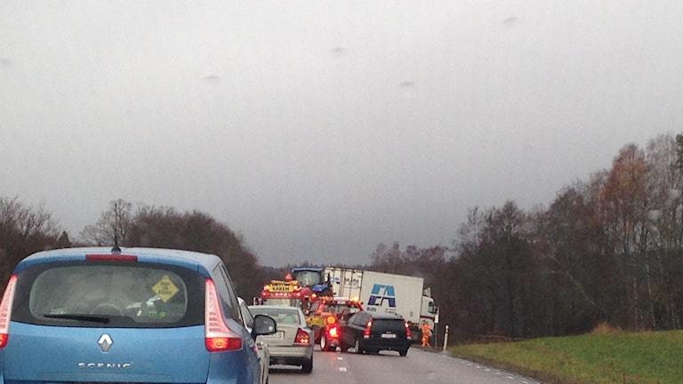 En olycka blockerar trafiken på väg 49. Foto: Jenny Josefsson