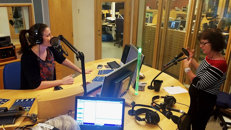 Monica Didriksson berättar en skröna i radiostudion för Linda Gustavsson. Foto: Mats Öfwerström/Sveriges Radio