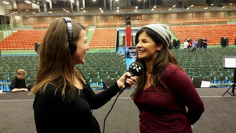Carola Häggkvist intervjuas av Katarina Roos inför Skövdekonserten på fredagskvällen. Foto: Mats Öfwerström / Sveriges Radio