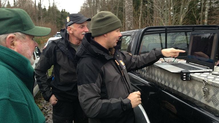 Viltspårare tittar igenom vad kameran fångat på två veckor. Foto: Jenny Josefsson P4 Skaraborg Sveriges Radio