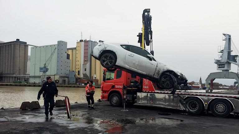 Bil bärgad ur Lidan den 16 novemebr 2015. Foto: Mats Öfwerström / Sveriges Radio