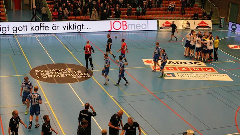 IFK Skövde går av planen samtidigt som Alingsås HK jublar. Foto: Andreas Johnsson/Sveriges Radio
