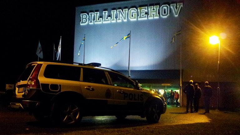 Polisbil utanför Billingehov i Skövde. Foto: Fredrik Johansson/SR