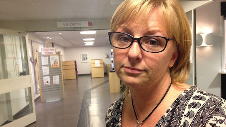 Vårdcentralschefen Angelica Engman tittar in i kameran och ser ledsen ut. Foto: Annelie Hüllert-Storm/Sveriges Radio