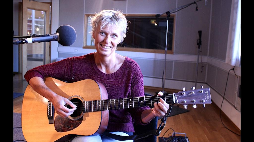 Moa Andersson med en gitarr. Foto: Marie Schnell/Sveriges Radio