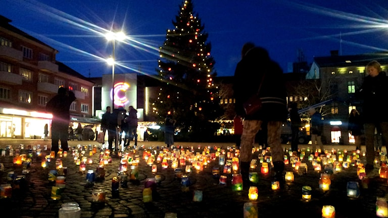 Tända ljus på torget i Skövde. Foto. Fredrik Johansson/Sveriges Radio