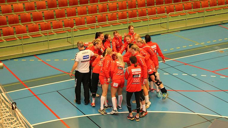 Skövde HF står och pratar inför matchen. Foto: Andreas Johnsson/Sveriges Radio.