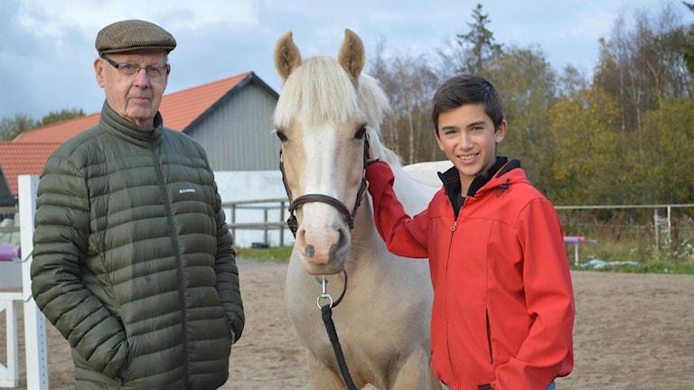 Linus Herzig och Elign Joy tillsammans med tränaren Jonas Lindgren. Foto: privat