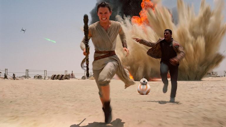 Rey och Finn springar i Star Wars: The Force Awakens