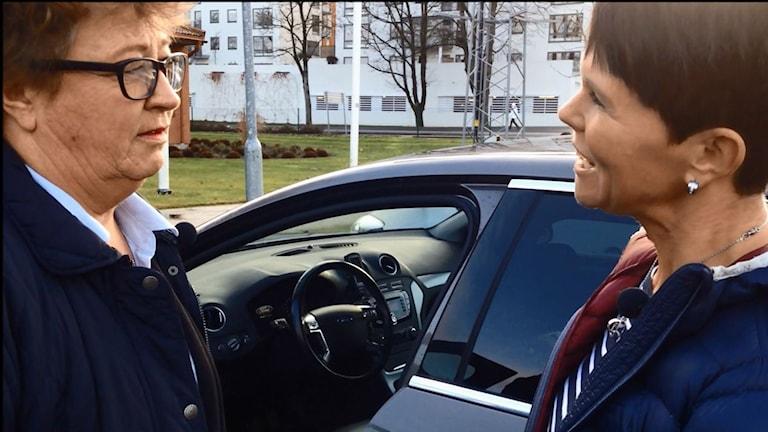 Ewa Ohlsson får en lektion i ECO-driving av Petra Hansson från NTF. Bild: Malin G Pettersson/Sveriges Radio.