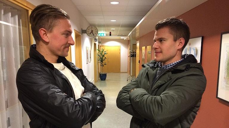 Filip Engqvist från Mariestad BOIS och Mikael Persson-Ris från Skövde IK möter varandra på isen ikväll. Foto: Linda Gustavsson/Sveriges Radio
