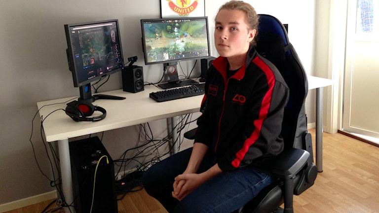 Ludwig Wåhlberg sitter vid sin dator hemma i Skara. Foto: Andreas Johnsson/Sveriges Radio.
