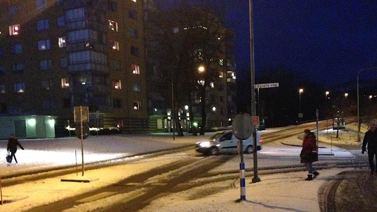 En bil kör i Skövde. Foto: Andreas Johnsson/Sveriges Radio.