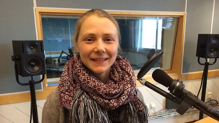 Olga Elindersson i studion. Foto: Linda Gustavsson/Sveriges Radio