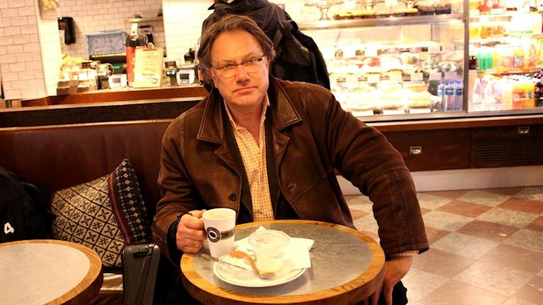 Jan-Olof Andersson med en kopp kaffe i handen. Foto: Marie Schnell / Sveriges Radio