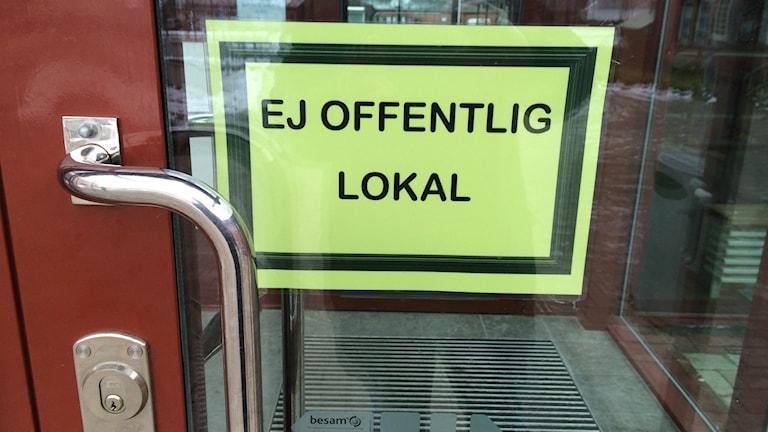 Dagen efter Trollhättedådet fanns skyltar uppe i alla skolor i Mariestad.
