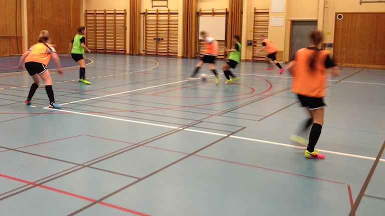 Skövde KIK tränar sitt ungdomslag. Foto: Linnéa Frimodig/ Sveriges Radio