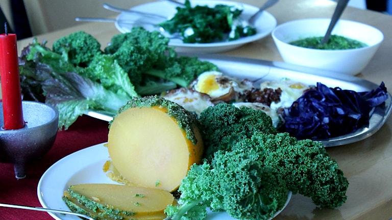 Ägg, pesto och dolmar på grönkål. Foto: Marie Schnell /Sveriges Radio