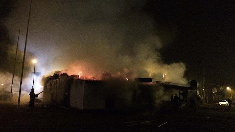 Ånga och rök stiger från assyriskas föreningslokal. Brandmän sprutar vatten, taket saknas. Foto: Marthina Stäpel / Sveriges Radio.
