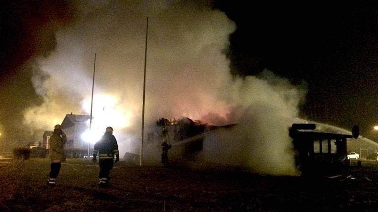 Rök och ånga stiger från brandresterna. Foto: Marthina Stäpel / Sveriges Radio.