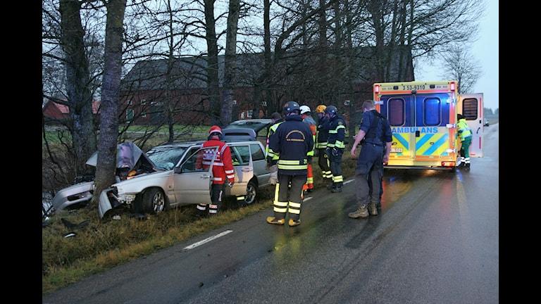 En bil har krockat med ett träd utanför Lidköping. Foto: Torbjörn Axelsson.