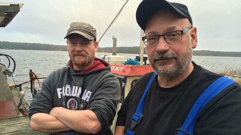 Boris Åström och Bo-Gunnar Blom är yrkesfiskare på Torsö. Foto: Tomas Ek.
