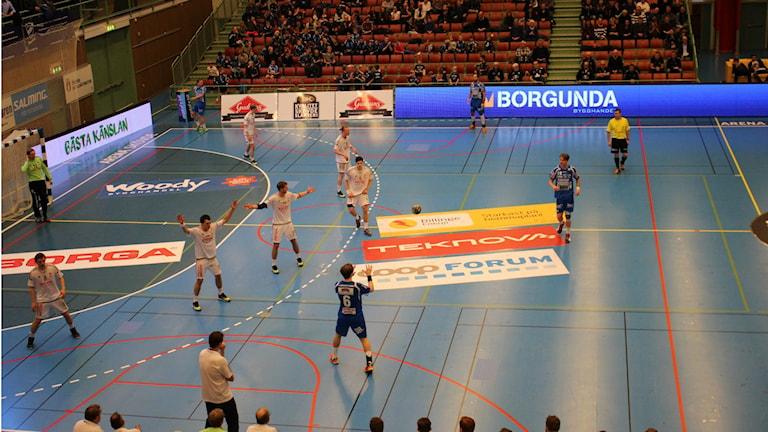 IFK Skövde anfaller. Foto Arkiv: Andreas Johnsson/Sveriges Radio.