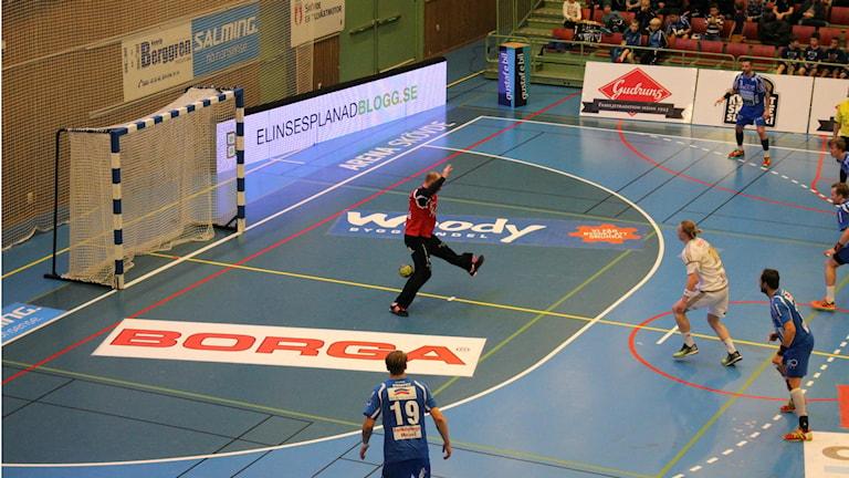 IFK Skövdes Robert Lechte räddar en straff. Foto: Andreas Johnsson/Sveriges Radio.