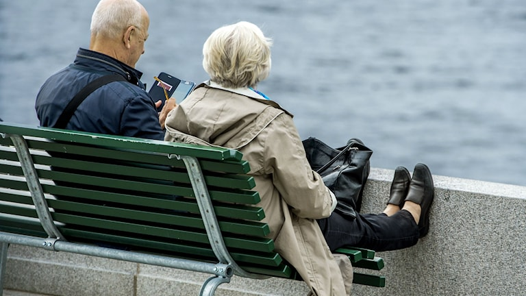 Ett par på en bänk. Foto: Claudio Bresciani/TT