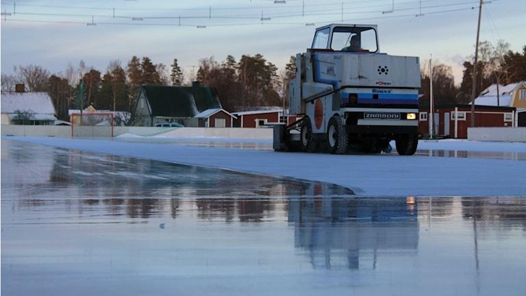 En ismaskin spolar banan på Otterstrand. Foto: Andreas Johnsson/Sveriges Radio.