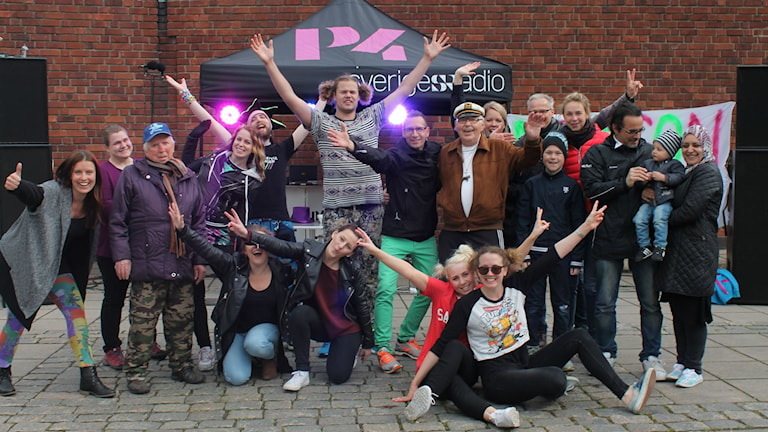 Både gammal och ung var med och dansade in morgonen när P4 Skaraborg anordnade Sveriges första Morgonrave. Foto: Emilie Lindholm/Sveriges Radio