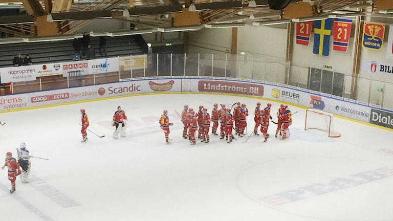 Skövde IK besegrade Arboga och kramar om målvakten Marcus Melin. Foto:Torbjörn Nilsson/Sveriges Radio.