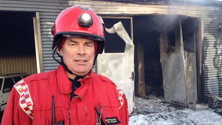 Garagebranden i Lidköping är under kontroll meddelar insatsledaren Ove Carlsson. Bild: Kajsa Hallberg/Sveriges Radio.