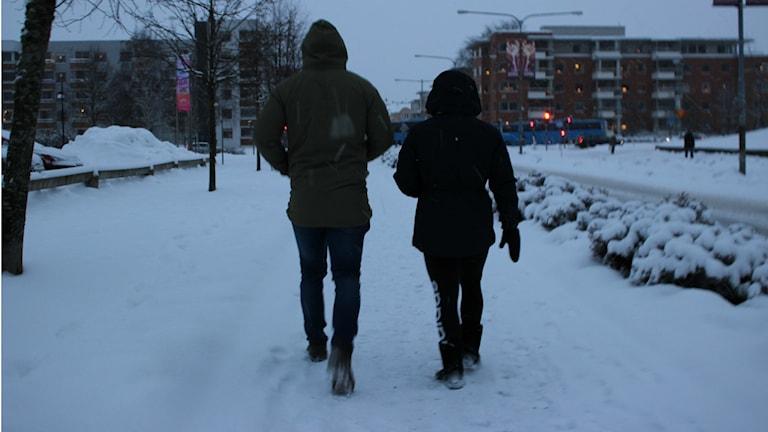 Två personer är ute och går i snön. Foto: Andreas Johnsson/Sveriges Radio