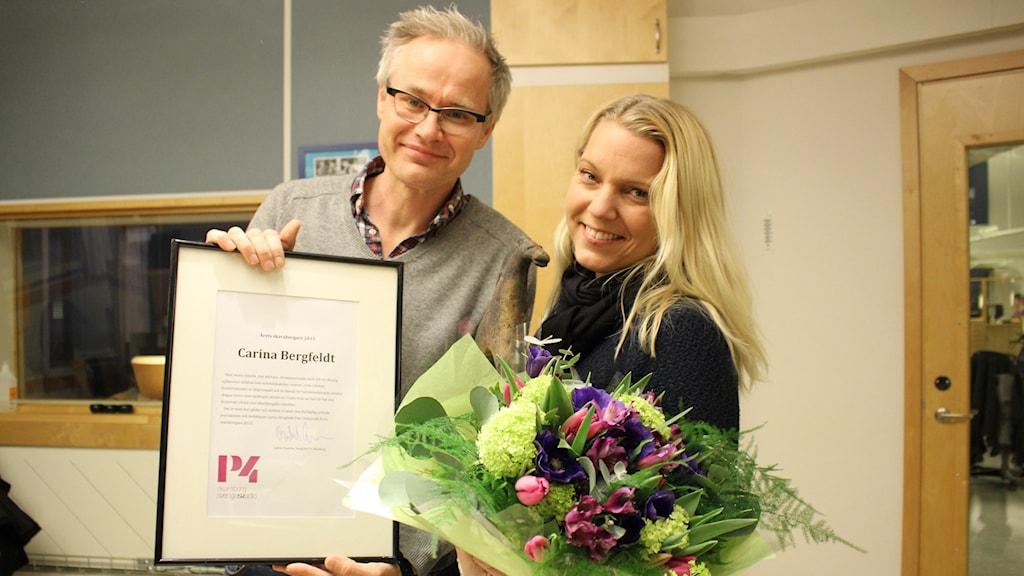 P4 Skaraborgs kanalchef Gabriel Byström och Årets skaraborgare 2015 Carina Bergfeldt. Foto: Malin G Pettersson/Sveriges Radio