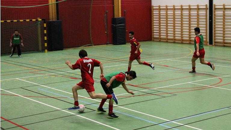 Flyktingar spelar fotboll i Götene. Foto: Andreas Johnsson/Sveriges Radio.