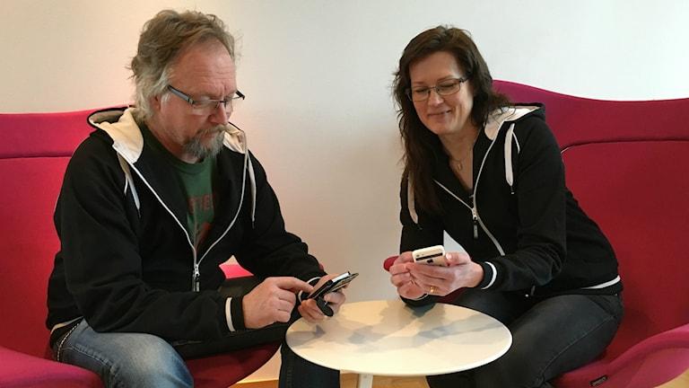 Niklas Torstensson och Tarja Susi med mobiltefelfoner