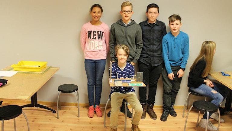 Fem elever visar sin modell av en drömskolgård. Foto: Andreas Johnsson/Sveriges Radio.