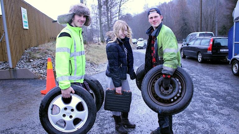 Mikael Andersson, Tilda Lindberg och Magnus Andersson med däck i händerna. Foto: Marie Schnell / Sveriges Radio