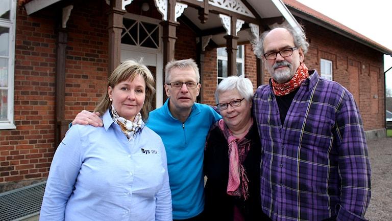 Gunnel Marwén Kastenman, Leffe Larsson, Anita Johansson och Anders Schönborg framför den före detta skolbyggnaden. Foto: Marie Schnell /Sveriges Radio