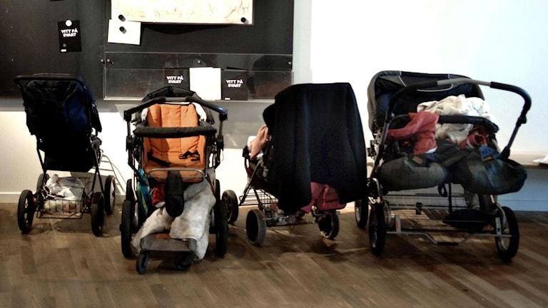 Fyra barnvagnar står parkerade inomhus. Bilden har ingenting med branden att göra. Foto: Ingvar Karmhed/TT