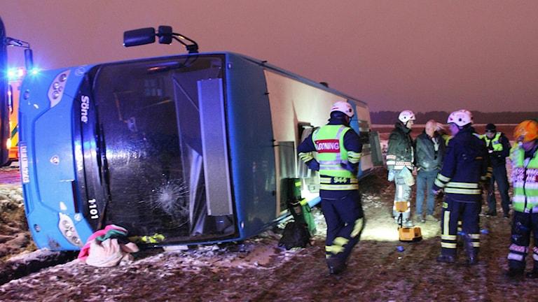 En buss välte utanför Främmestad och två personer skadades. Foto: Torbjörn Axelsson
