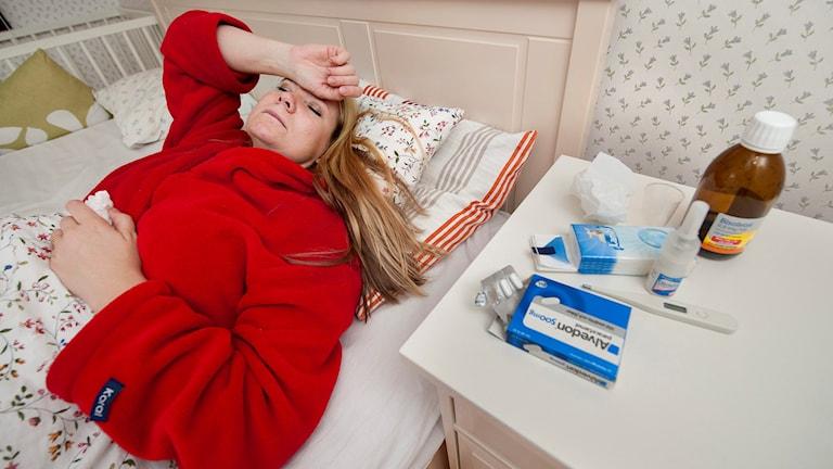 Sjuk kvinna i sin säng.