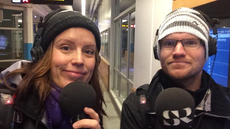 Linda Gustavsson och Christopher Johansson redo för avfärd från resecentrum i Skövde.