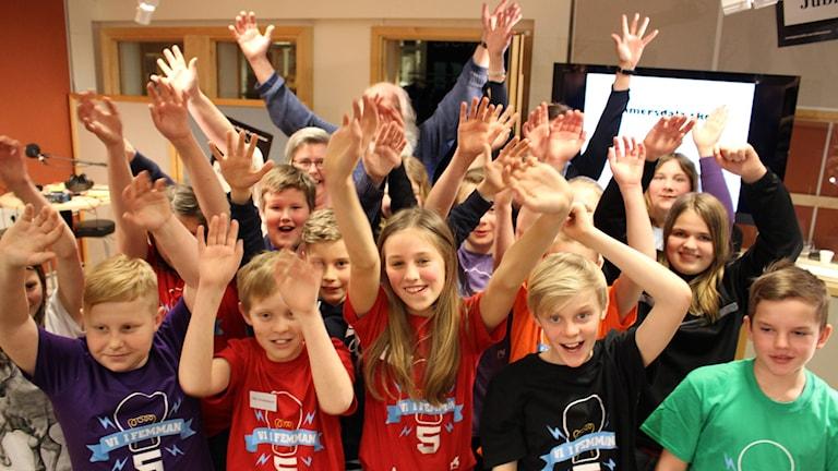 Elever sträcker upp händerna och jublar.